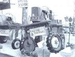 valor-escalator-straddle-tractor-1969.jpg